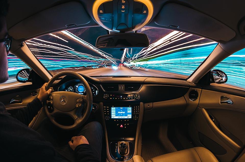 高速運転する車